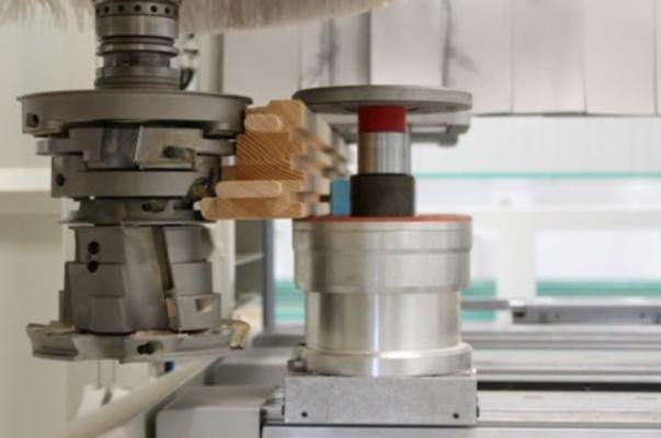 Charakterystyka elektrowrzecina pozwala na wydajną pracę z podwójnymi narzedziami.