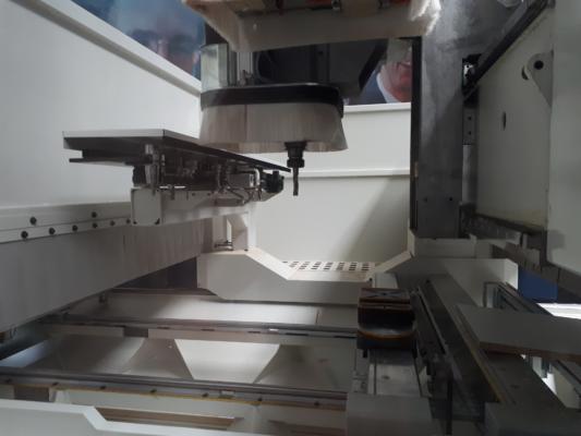 Nowy magazyn narzędzi FAST 14 jest umieszczony w kabinie bezpośrednio przy elektrowrzecionie.